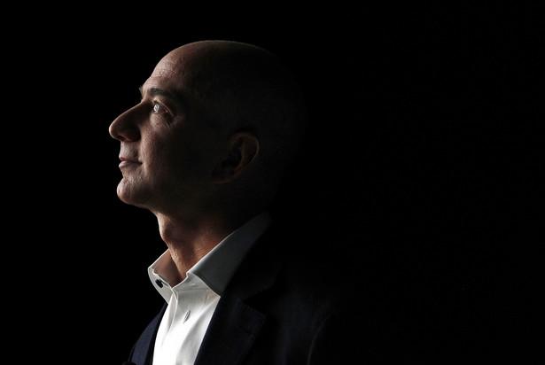 Santa Monica, California. Szef firmy Amazon, Jeff Bezos, obserwuje prezentację najnowszego tabletu Kindle Fire HD.