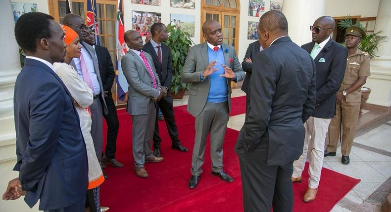 File image of Dennis Itumbi with President Uhuru Kenyatta and other dignitaries at a past event