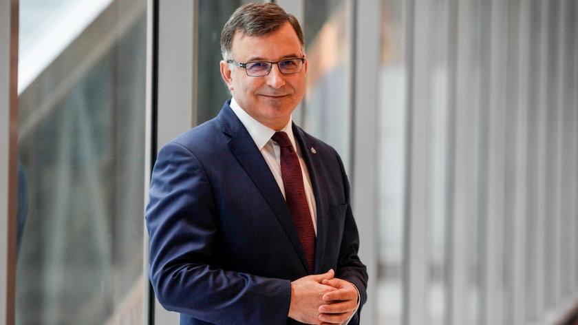 1 milion 876 tysięcy to zarobki prezesa PKO BP Zbigniewa Jagiełły w 2020 roku.