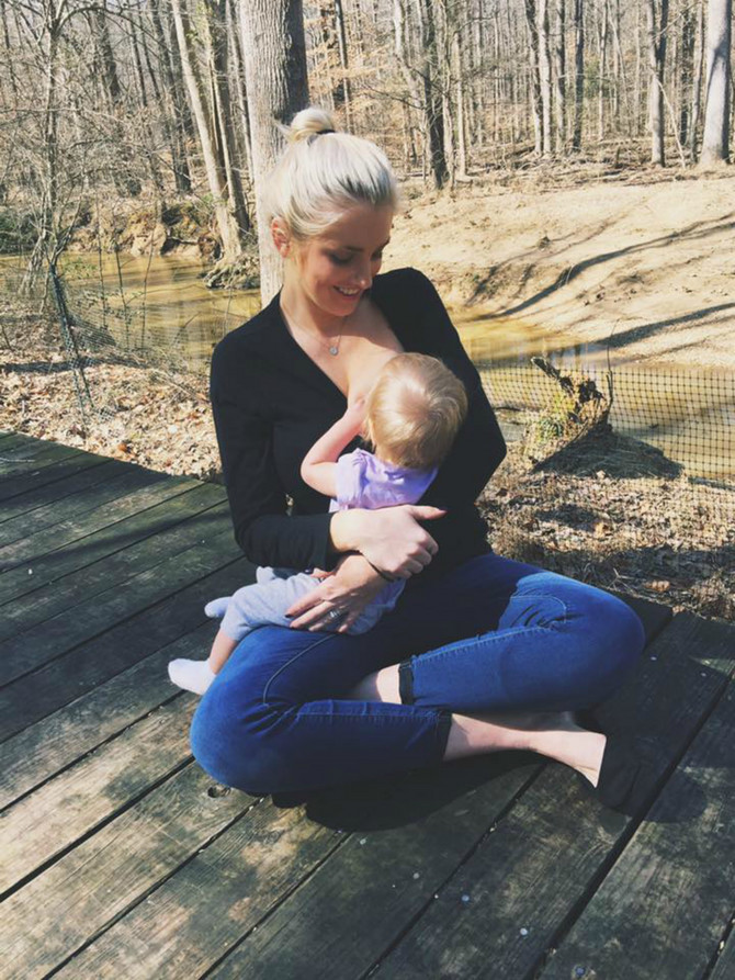 Ovu ženu su zbog slike na Fejsbuku na kojoj doji dete prijavili. Pročitajte šta se desilo