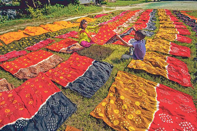 Selo Banti u Bangladešu poznato je po ručno bojenom pamuku jarkih boja koje izrađuju lokalni umetnici