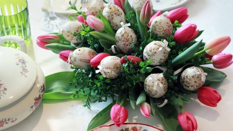 Dla miłośników barokowych wzorów, Bombkarnia przygotowała pisanki zdobione wypukłymi, złotymi, kwiatowymi ornamentami wykonanymi za pomocą gorącego wosku.