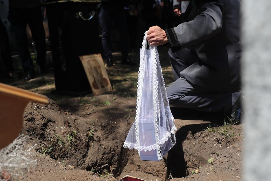 A művész testét elhamvasztották, de az urna nem kolumbáriumba, hanem sírba került / Fotó: Zsolnai Péter