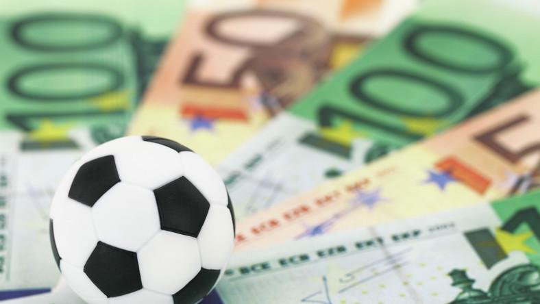 Piłka, bramka, gol. I miliony złotych na klubowym koncie
