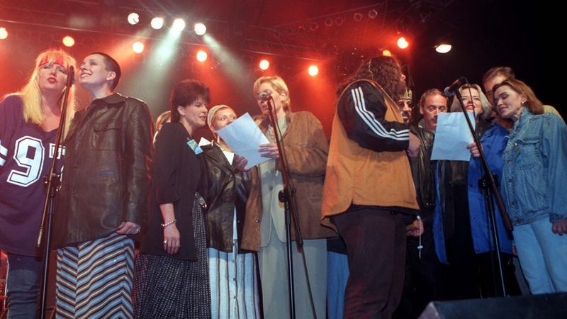 """Koncert """"Moja i Twoja nadzieja"""" przed siedzibą TVP w lipcu 1997 roku"""