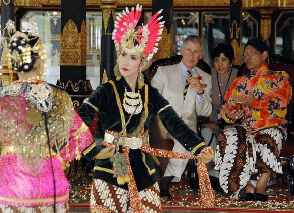 Sultan sa princom Čarlsom u novembru 2008.