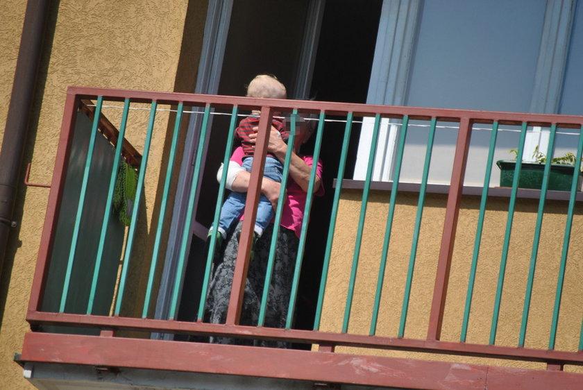 Staruszka zatrzasnęła się na balkonie. W środku małe dziecko