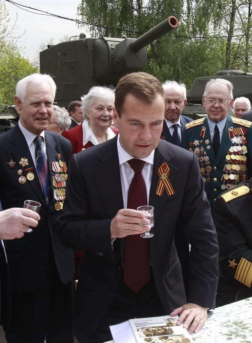 Dmitry Medvedev pije wódkę