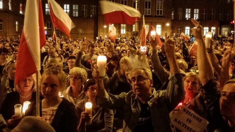 W protestach pod gdańskim sądem regularnie pojawiały się tysiące osób