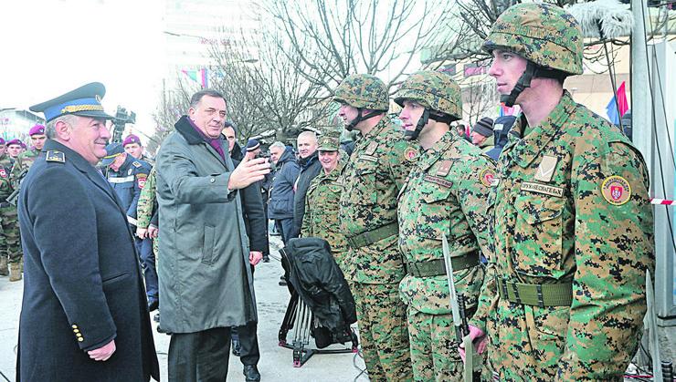 Banjaluka02 predjsednik Dodik pozdravlja Oruzane snage BiH foto S PASALIC