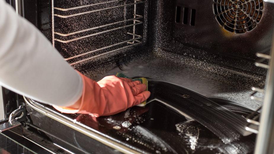Jak wyczyścić przypalony piekarnik? - Budimir Jevtic/stock.adobe.com
