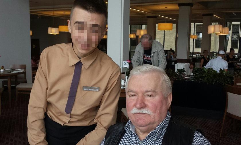 Lech Wałęsa fotografuje się z kelnerem