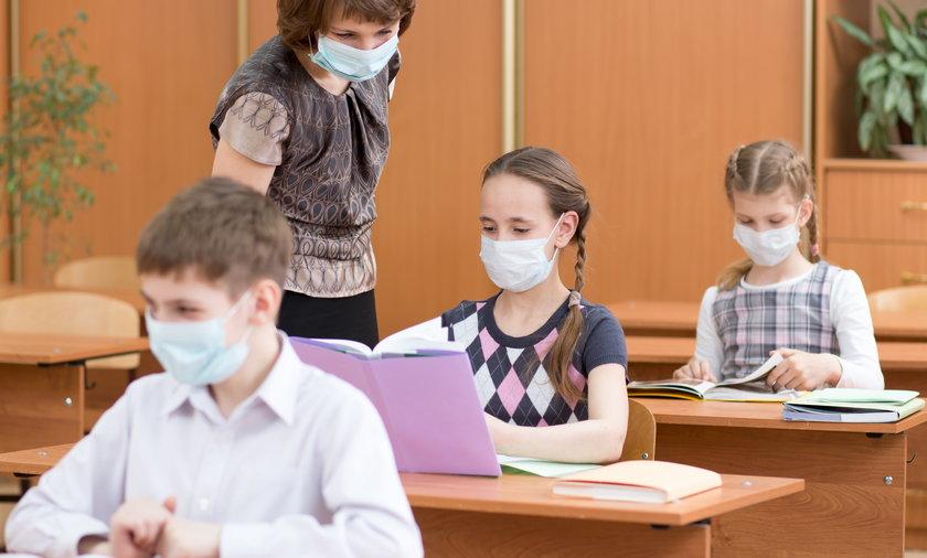 Dzieci muszą uważać, delta łatwo się szerzy w szkolnych klasach. Co radzą robić eksperci? - Fakt.pl