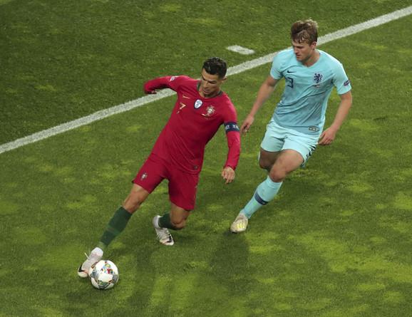 Kristijano Ronaldo i Matijs de Liht u duelu na meču Portugal - Holandija u finalu Lige nacija