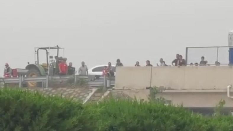 Ludzie na zalanym wiadukcie w prowincji Henan