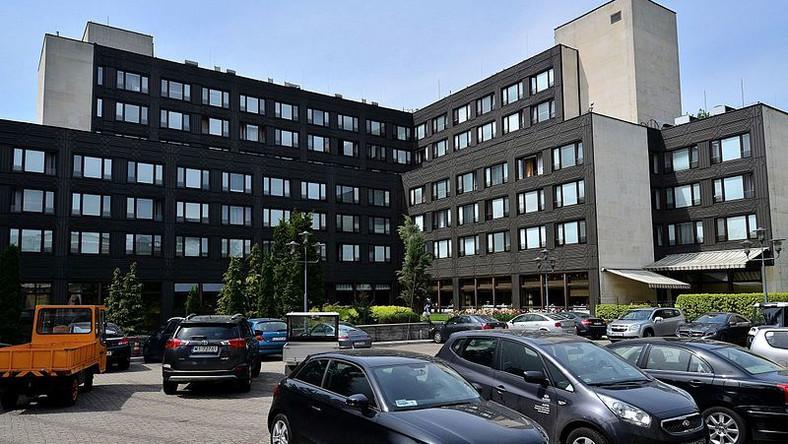 Hotel Sejmowy, nazywany Nowym Domem Poselskim, oddano do użytku wiosną 1989 r. Obok pokojów znajdują się tu basen, restauracje, sauna oraz kaplica. Z roku na rok popularność hotelu jednak maleje. Jeszcze sześć lat temu, kiedy rozpoczynała się V kadencja Sejmu w budynku przy ul Wiejskiej mieszkało 319 posłów. Dziś jest ich 250.