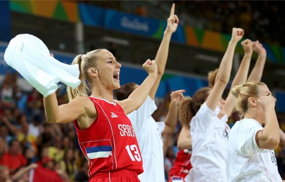 Ženska košarkaška reprezentacija Srbije slavi tokom meča za bronzu
