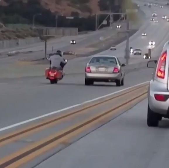 Nakon što mu je automobil isekao put, motociklista je rešio da se osveti