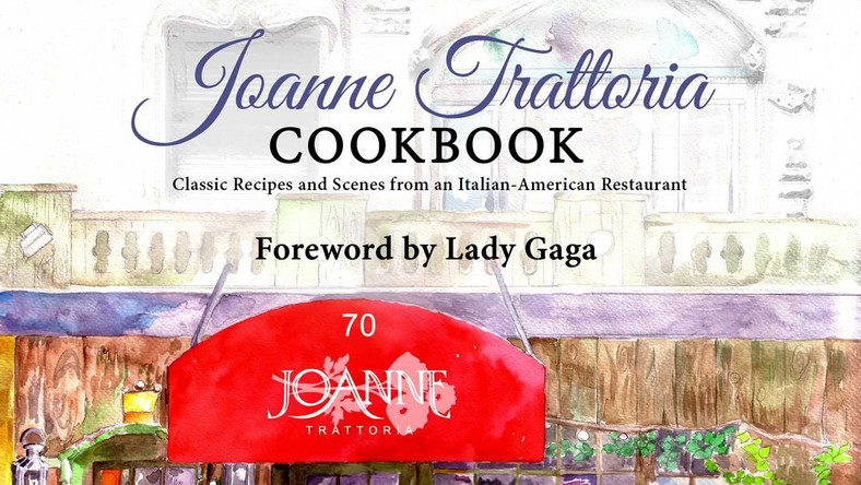 "Lady Gaga razem z ojcem, właścicielem włoskiej restauracji, wydaje książkę kucharską z rodzinnymi przepisami, ""Joanne Trattoria Cookbook: Classic Recipes And Scenes From An Italian American Restaurant""."