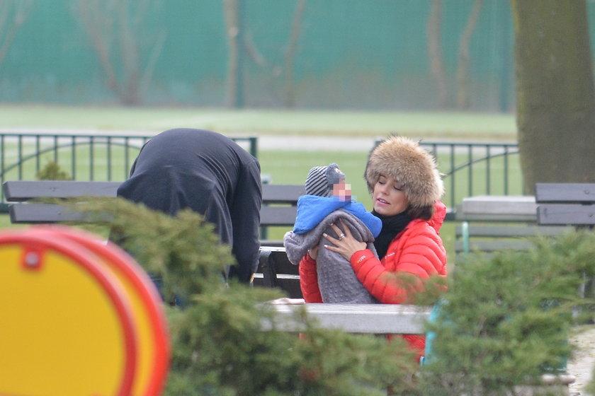 Anna Mucha z rodziną na spacerze