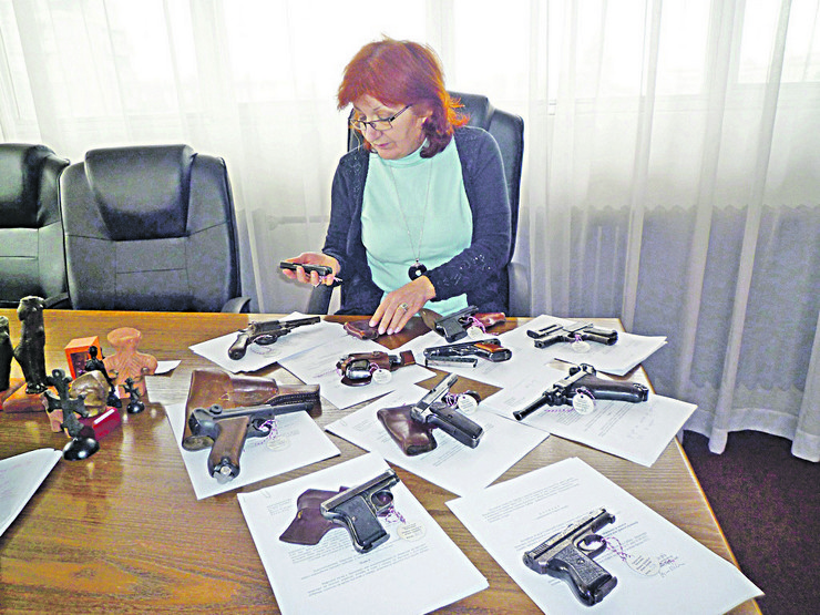 LESKOVAC07_Mira Ninosevic sa kolekcijom pistolja_FOTO Milica Ivanovic
