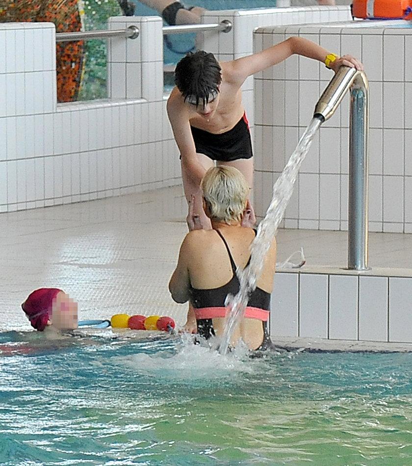 Monika Zamachowska na basenie z dziećmi