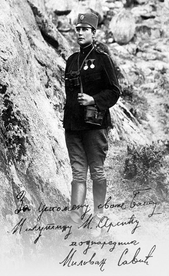 Mlada i lepa u vojničkoj uniformi
