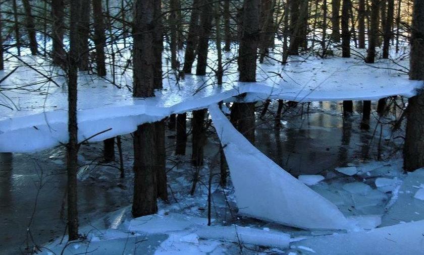 Lód wisi nad wodą
