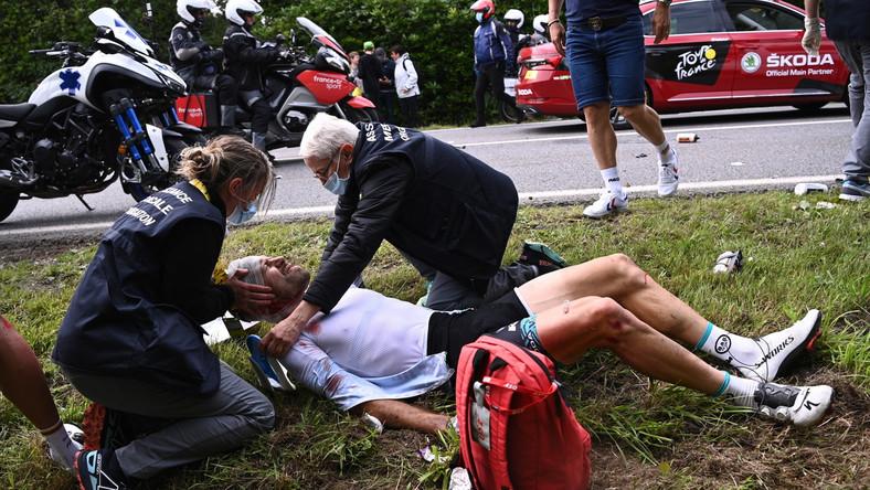 Opatrywany kolarz podczas pierwszego etapu Tour de France