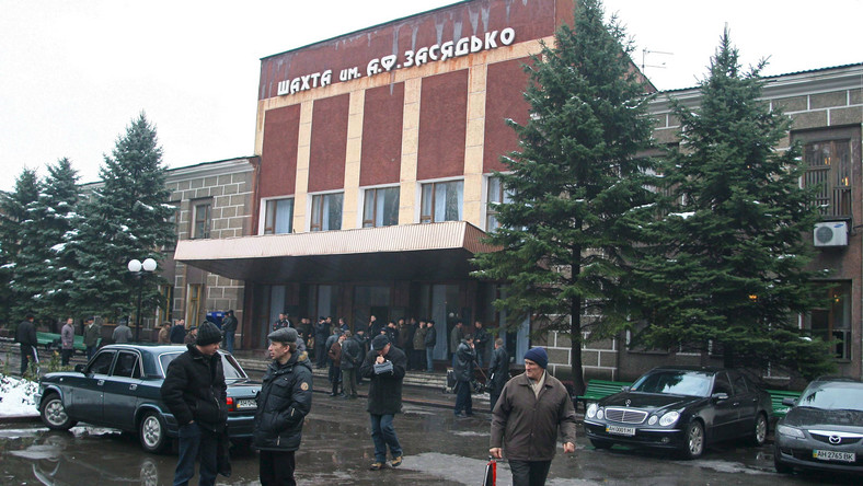 Rodziny i koledzy rannych górników czekają przed kopalnią węgla kamiennego im. Zasiadki w Doniecku (Zdjęcie z 2007 roku)