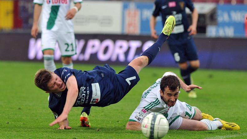Zawodnik Pogoni Szczecin Dominik Kun (L) i Piotr Wiśniewski (P) z Lechii Gdańsk podczas meczu grupy A piłkarskiej T-Mobile Ekstraklasy