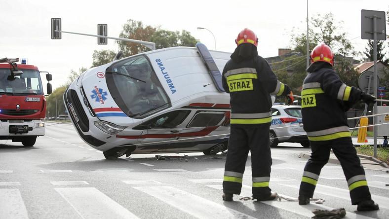 Zderzenie karetki pogotowia z samochodem osobowym w Warszawie
