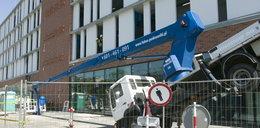 Ostatnie szlify na budowie Forum Gdańsk, a tu kraksa!