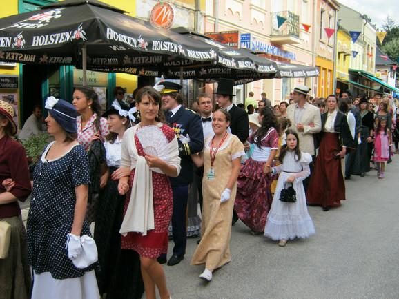 U svojevrsnom vremeplovu okupilo se više stotina kostimiranih građana