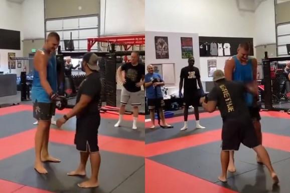 Protivnici mogu da očekuju pravu borbu! MMA pripreme Nikole Jokića za novu sezonu - UŠAO U SALU, PA KRENUO NA TRENERA - pokazao da se odlično snalazi /VIDEO/