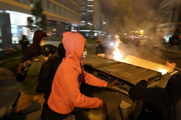 U blizini Bele kuće demonstranti su na policajce gurali zapaljene kontejnere