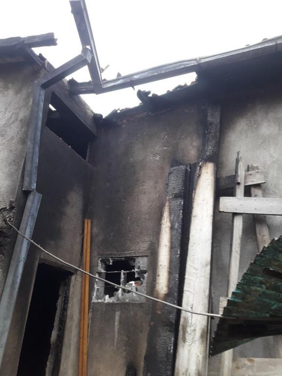 Stara kuća izgorela do temelja