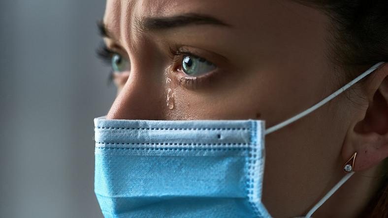 Kobieta w maseczce płacze, depresja