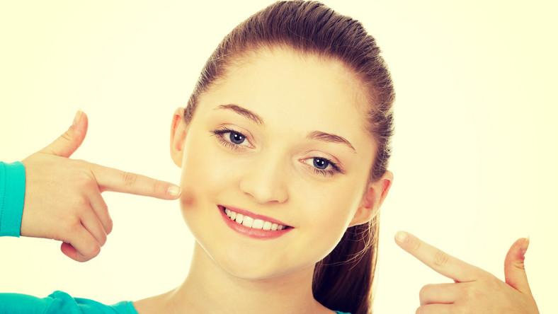 """Nieświeży oddech może dotyczyć każdego z nas, szczególnie jeśli zaniedbujemy higienę jamy ustnej. Regularne szczotkowanie, używanie nici dentystycznej i profesjonalne usuwanie kamienia nazębnego powinno rozwiązać sprawę. Warto także pamiętać o higienie języka, na którym gromadzi się nalot i bakterie. Jak przyznają specjaliści, dieta także ma istotne znaczenie w tym przypadku. Jeśli mimo higieny, w dalszym ciągu twój oddech pozostawia wiele do życzenia, nie należy tego ignorować i poradzić się stomatologa. - Przykry zapach z ust może być objawem poważnego schorzenia, np. paradontozy, najbardziej zaawansowanej choroby dziąseł. Paradontozie bardzo często towarzyszy specyficzny, nieprzyjemny zapach z ust. Jeśli zauważamy także inne jej objawy tj. jak krwawiące, opuchnięte dziąsła, odsłonięte szyjki zębowe czy nadwrażliwość na gorące i zimne temperatury, nie ignorujmy tego. Nieleczona paradontoza może doprowadzić do utraty zębów, a także być czynnikiem ogólnoustrojowych powikłań m.in. przedwczesnych porodów, chorób układu krążenia czy zawałów – mówi dr Dorota Stankowska, współautorka poradnika stomatologicznego """"Bądź bystry u dentysty"""". Specyficzny zapach z ust może także występować m.in. przy chorobach nerek (zapach amoniaku), problemach z układem pokarmowym (słodkawa woń), anoreksji, powikłaniach cukrzycy (woń przypominająca sfermentowane jabłka) czy nawet - gdy woń przypomina zgniłe mięso - być symptomem zapalenia zatok."""