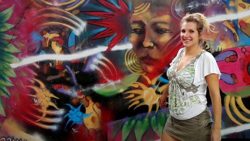 Ewelina Mierzejewska przy muralach w dzielnicy Belgrano