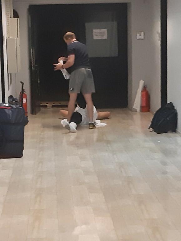 Nikola Jokić se isteže sa kondicionim trenerom Denvera