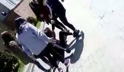 Szokujące sceny przed gimnazjum! 14-latka została upokorzona i pobita