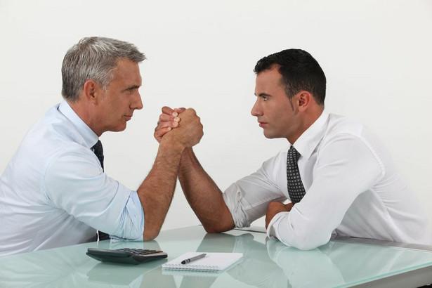 4. Negocjacje. Wytrawni negocjatorzy stosują triki - radzą, by słuchać rozmówcy i co jakiś czas podsumowywać to, co powiedział, ale parafrazując. Warto używać podobnych sformułowań, co druga strona - ludzie dobrze reagują na własne słowa. Można spróbować naśladować mowę ciała - np. pochylać się do przodu, gdy druga osoba się pochyla. Eksperci radzą przedstawić swoją prośbę i argumenty, a potem zrobić pauzę. Nie należy mówić zbyt dużo - druga strona musi się jakoś odnieść do naszego stanowiska. W tego typu negocjacjach nie należy grać na emocjach - unikajmy opowieści o trudnościach w spłacie kredytu itp. Należy być rzeczowym - podać kwotę lub przedział, który nas interesuje (zazwyczaj nieco zawyżony, ale bez przesady).