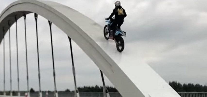 19-latek wjechał motocyklem na konstrukcję mostu [WIDEO]