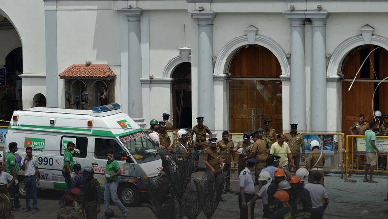 Ambulans przed kościołem św. Antoniego, gdzie doszło do jednej z eksplozji