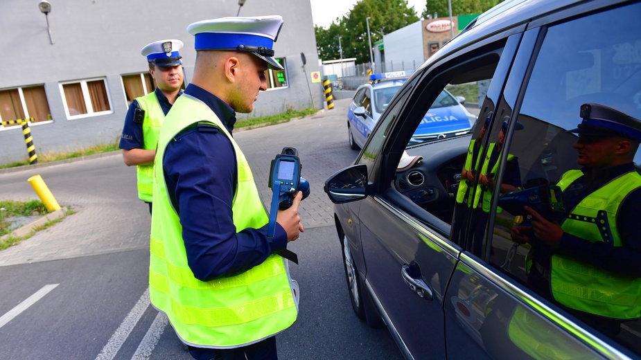 Zmiany w przepisach drogowych. Kierowcy nie muszą mieć przy sobie prawa jazdy