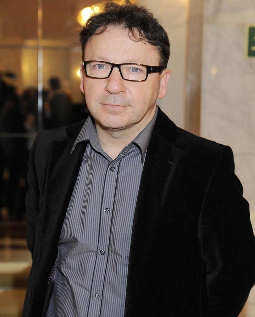 Zbigniew Zamachowski w okularach o czarnej marynarce