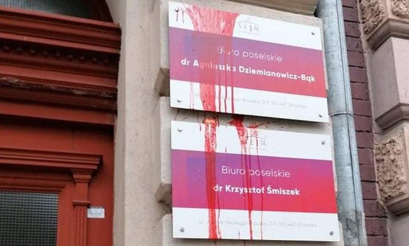 Biuro poselskie we Wrocławiu oblane farbą. Krzysztof Śmiszek komentuje