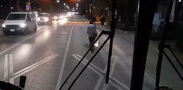 Pasażerka zablokowała autobus. Nie zgadniesz, co się stało