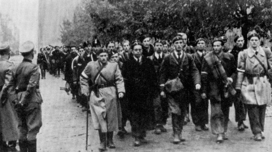 Powstańcy warszawscy idący do niewoli